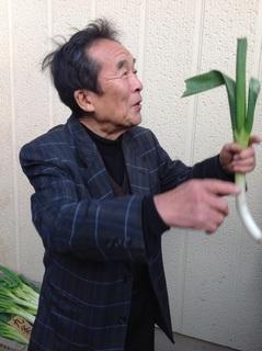 山根さん岩津葱説明.jpg